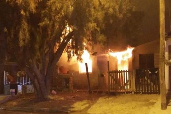 Se iluminaba con velas y se le incendió la casa