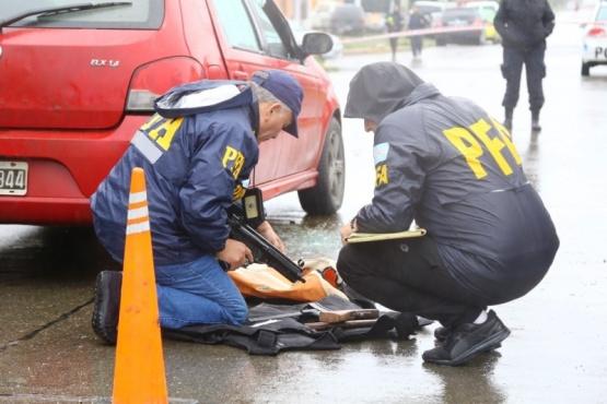 Tanto la Policía Federal como la Policía Provincial realizaron las diligencias en el sitio de la balacera. (C.G.)