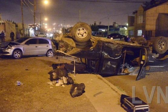 Impresionante vuelco de una camioneta tras ser chocada