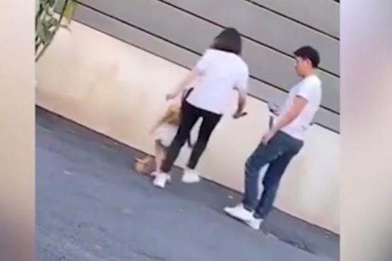 Una madre golpeó a su hija por no posar bien en una sesión de fotos infantil