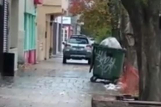 Circuló por la vereda en el centro de Río Gallegos y quedó filmado