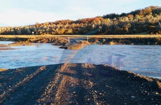 El río socavó el puente y otra vez se cortó el paso Radman