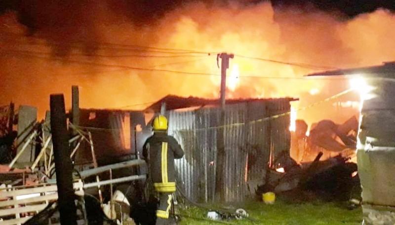 Los bomberos lograron controlar el fuego, evitando que se extienda a otras moradas. (Santa Cruz en el mundo)