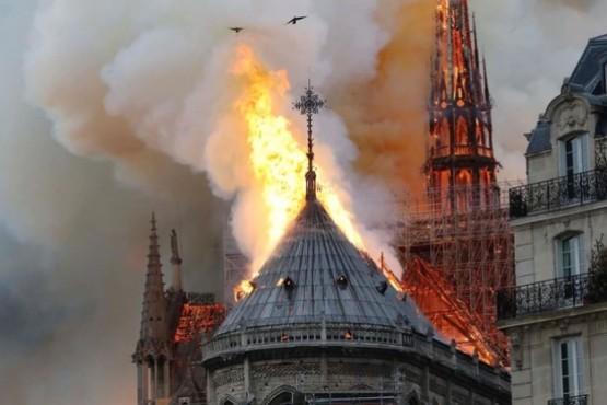 Se incendia la catedral Notre Dame en París