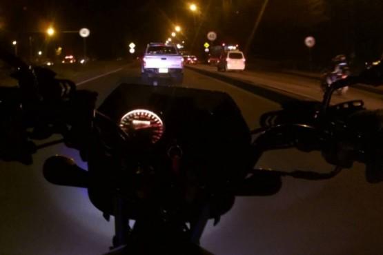 Le pegó a un policía y atropelló a otro con su moto