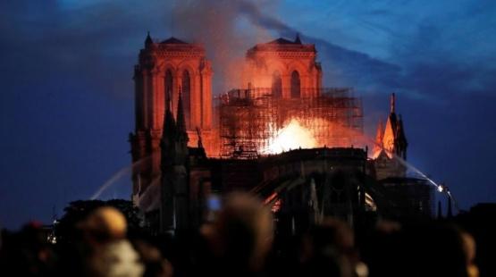 Macron prometió reconstruir la catedral
