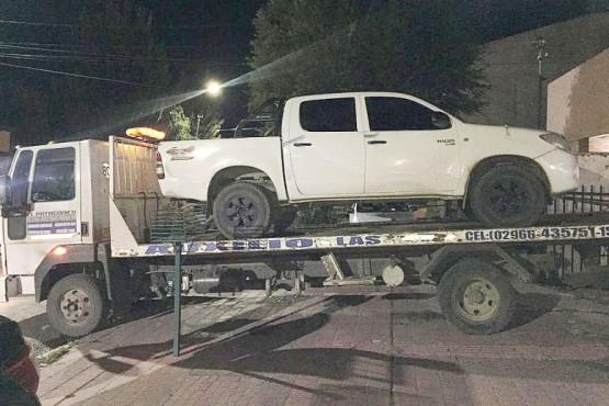 La camioneta secuestrada durante el allanamiento y la demora de su propietario. (C.G.)