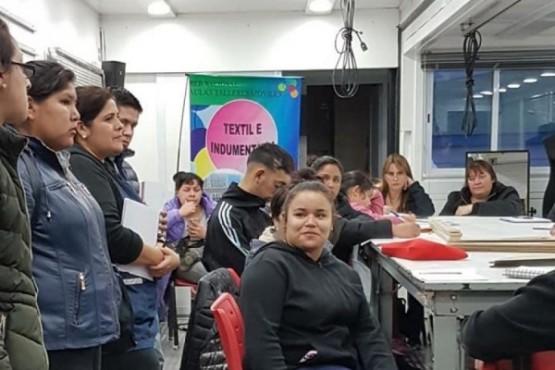 """Estudiantes se capacitan en """"Textil e Indumentaria"""""""