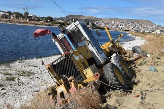 Máquina de Vialidad Provincial se desbarrancó en la Primera Laguna
