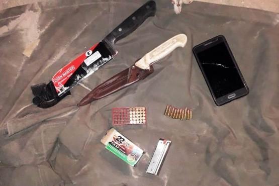 Los cuchillos y celulares que fueron incautados por los policías.