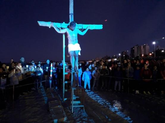 Unas 6.000 personas y 200 buzos participaron del Vía Crucis Submarino