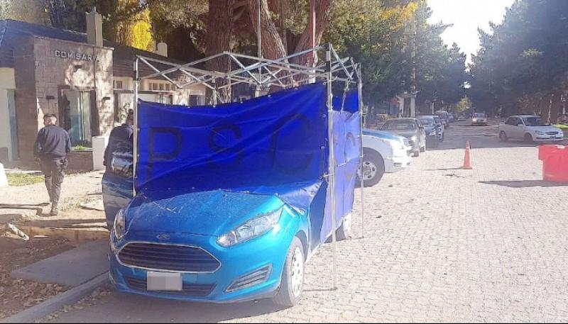 La policía efectúa las pericias en el vehículo donde se habría concretado el abuso.