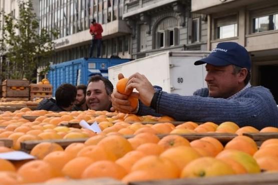 Productores regalan 20 mil kilos de frutas y verduras en Plaza de Mayo
