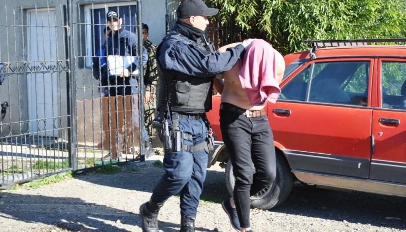 Momento en que trasladan a uno de los sospechosos de calle Maipú. (Foto: J.C.C.)