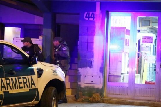 El allanamiento se realizó en un departamento de calle Corrientes. El sujeto fue retenido en la vivienda. (C.G.)