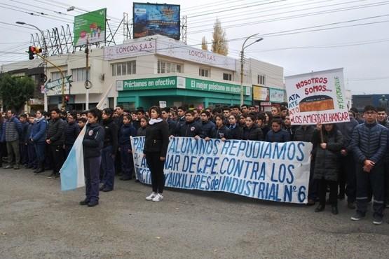 Masiva convocatoria en repudio por la separación del cuerpo directivo en Industrial N°6
