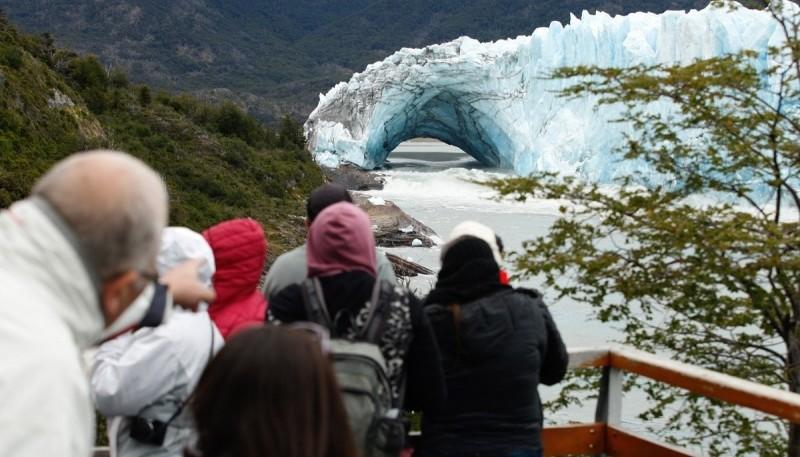 Grupo de turistas frente al Glaciar Perito Moreno en Argentina (AFP).