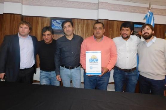 Se firmó un convenio para conectar fibra óptica en Los Antiguos