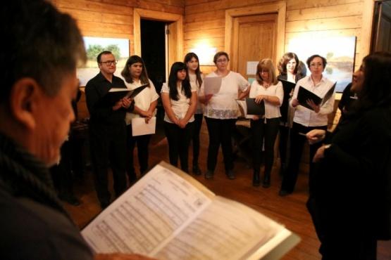 El Coro Orkeke acompañó la presentación de la muestra (C.G)