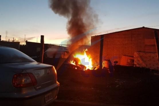 Quemaba basura y prendió fuego el auto