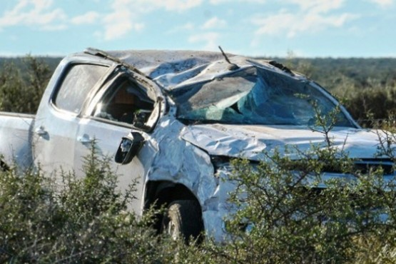 Subcomisario y su hijo resultan heridos al volcar camioneta