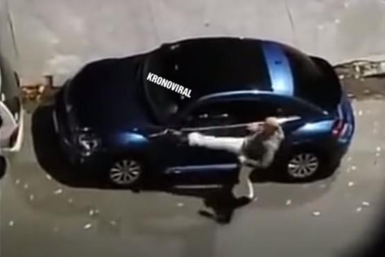 Vio que un auto bloqueaba su garage, lo destrozó y le marcó un mensaje particular con una llave