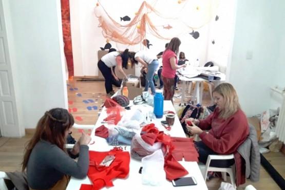 Los artistas finalizan con el trabajo de montaje (Foto. MAEM)