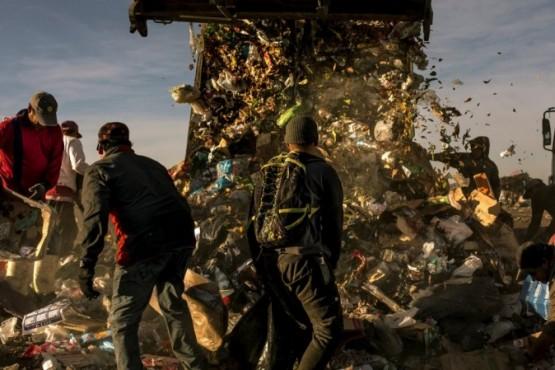 Familias revolviendo basura por la