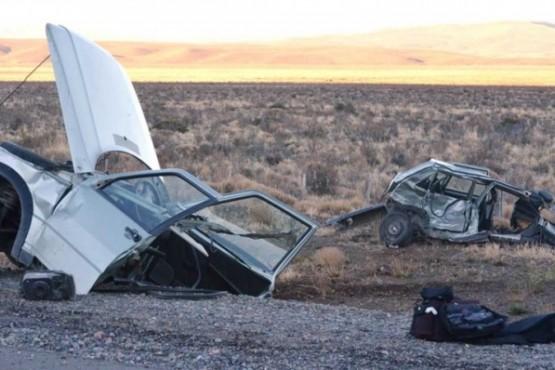 Brutal accidente: un auto quemado y otro partido en dos