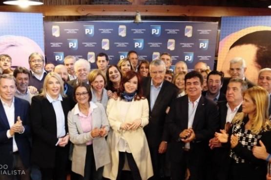 La gobernadora Bertone junto a Cristina en la cumbre del PJ