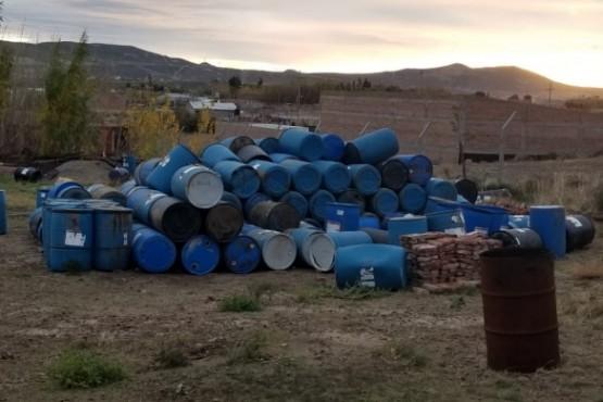 Depósitos de residuos peligrosos a metros de una escuela
