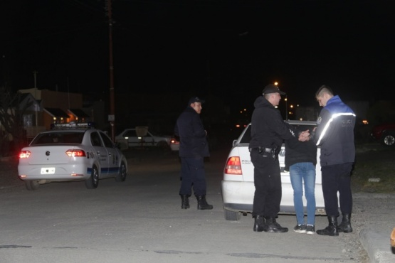 Mujer persigue a delincuentes que le robaron el estéreo del auto