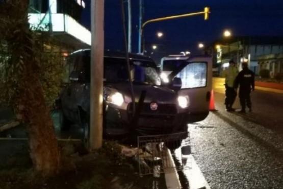 Robaron una camioneta y la chocaron contra un cartel
