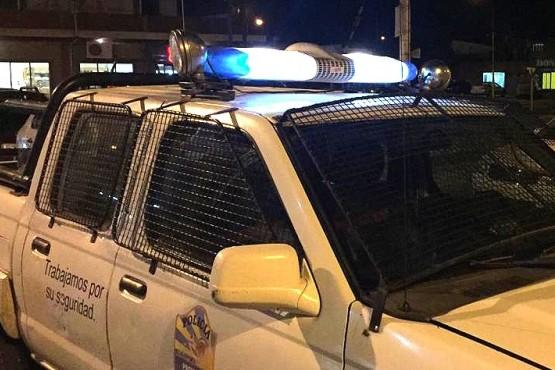 La policía detuvo a tres sujetos que habían robado y herido a un taxista