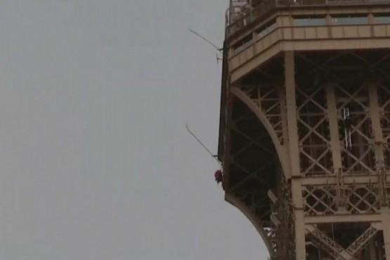 Evacuaron y cerraron la Torre Eiffel por un hombre que la escalaba