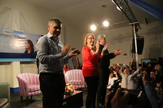 Alicia, Fernández y González en el acto. (C.G)
