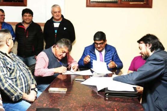 Firmaron convenio para la construcción de 20 viviendas de madera de lenga para Río Grande