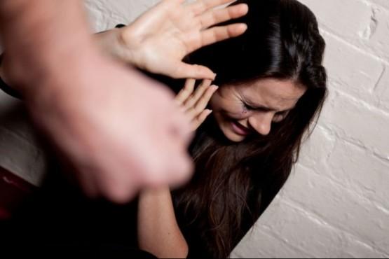 Una mujer habría denunciado que su ex le robó y le pegó