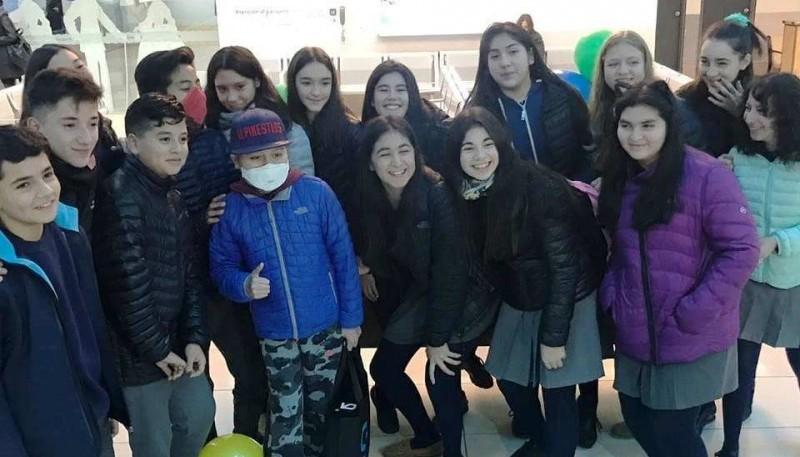 Valentín junto a sus compañeros de escuela. Una de las imágenes que compartió
