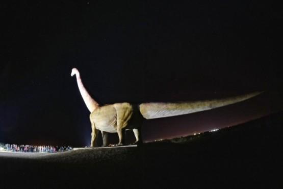 Iluminaron la réplica del Dinosaurio con energía solar