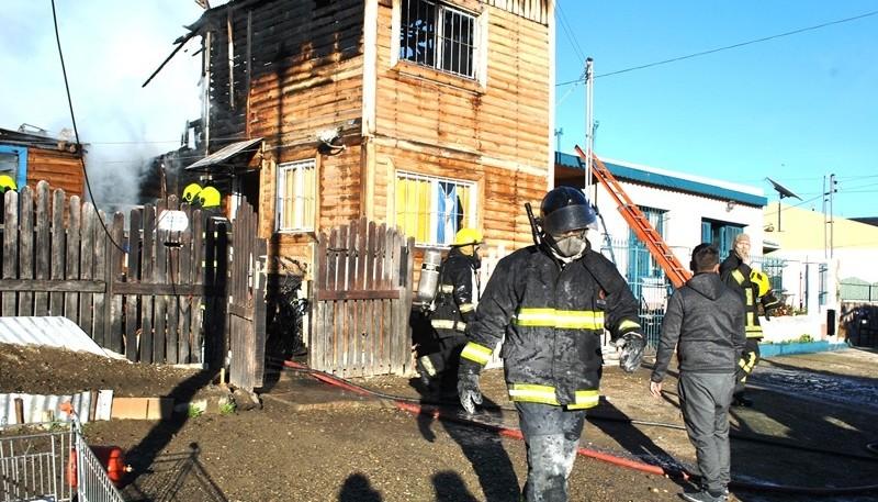 A pesar del esfuerzo de los bomberos el fuego causó daños de consideración en la construcción de madera de las viviendas. (J.C.C.)