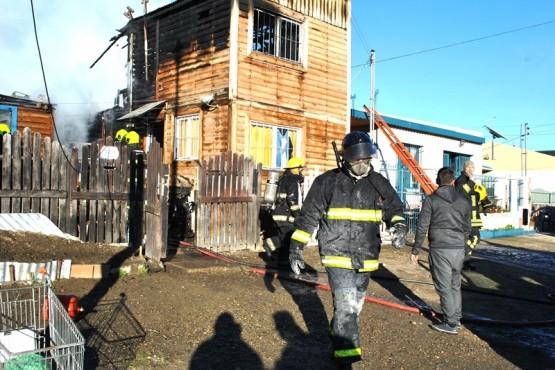Nueve personas damnificadas por incendio que destruyó dos casas