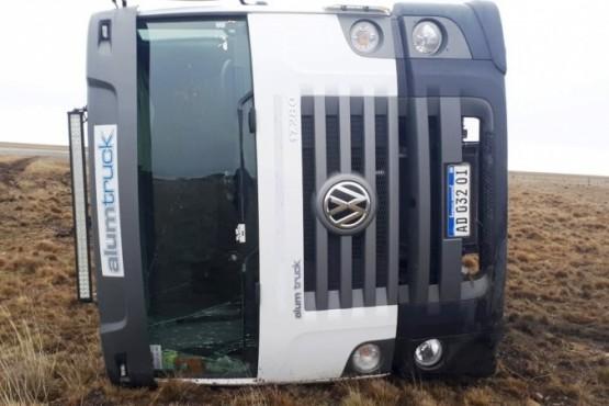 Volcó camión en la Ruta 3 a causa de la escarcha