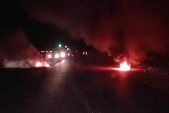 Petroleros desocupados cortan la ruta y queman cubiertas