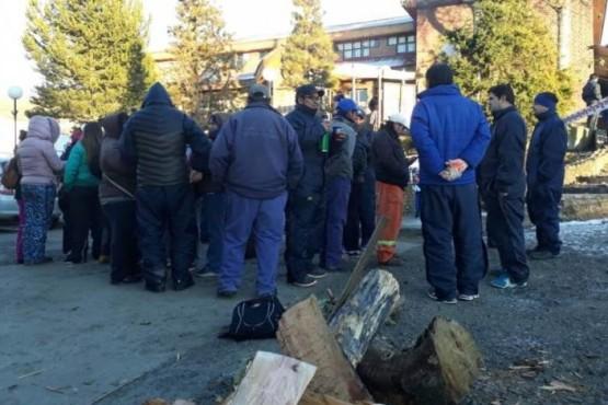 La protesta de municipales se trasladó a las puertas de la municipalidad