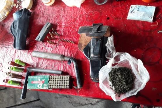 Armas, plantas de marihuana de 2 mts y balas