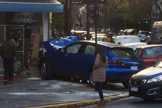 Menor estrelló un auto de más de 100 mil dólares contra un kiosco y huyó con sus tres amigos