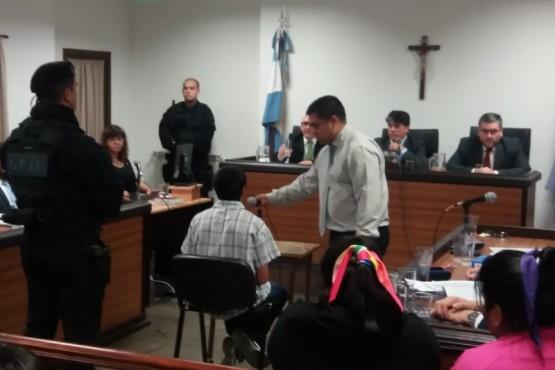 Ángel Azzolini escuchando la lectura de sus derechos