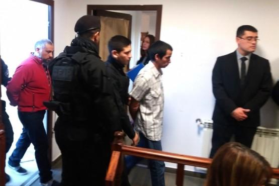 Los imputados ingresan a la sala de la Cámara Oral.