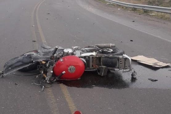 Murió motociclista atropellado en uno de los puentes de Rawson
